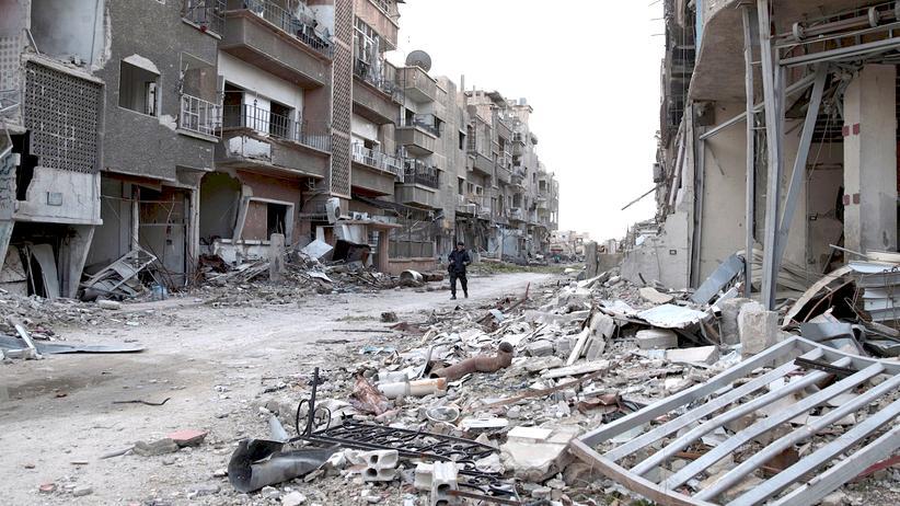 Syriengespräche in Genf: Nach fünf Jahren Krieg überall nur noch Zerstörung: Ein Kämpfer der Freien Syrischen Armee geht durch zerbombte Ruinen in Jobar, einem Vorort von Damaskus.