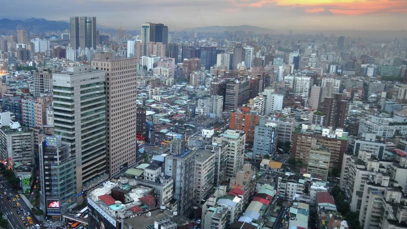 Taiwan: Blick über Taiwans Hauptstadt Taipeh, illegale Bauten finden sich auf unzähligen Dächern.