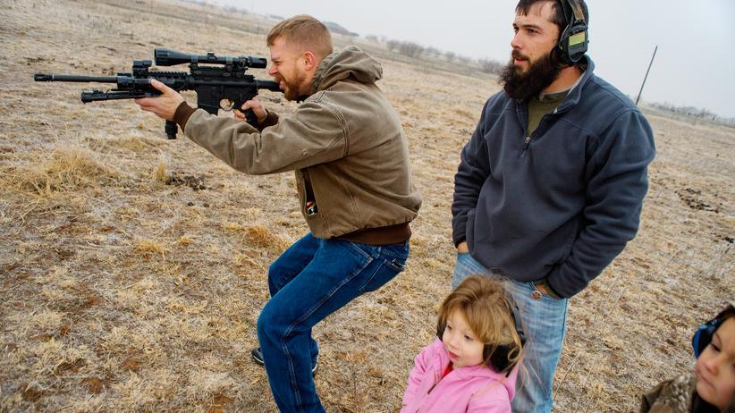 USA: Ein früherer Soldat und sein bester Freund bei Schießübungen in dessen Privatgarten in Jolly, Texas