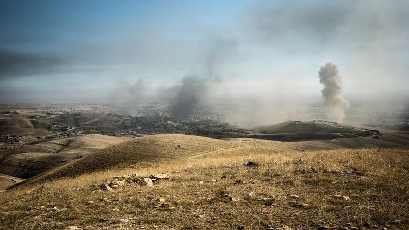 UN-Bericht: Rauch über der irakischen Stadt Sindschar nach einem Angriff der US-Luftwaffe.