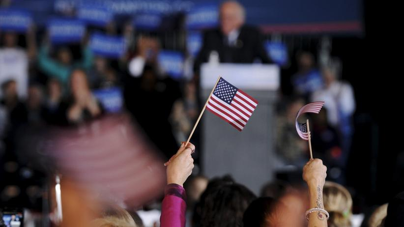 Eine Zuschauerin des Wahlkampfs im Bundesstaat Iowa winkt mit der US-Flagge.