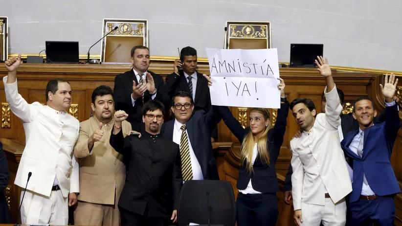 Abgeordnete fordern im Parlament Venezuelas eine Amnestie.