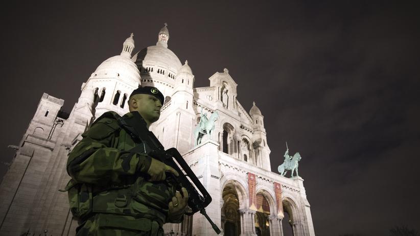 ZEIT-ONLINE-Veranstaltung: Ein französischer Soldat vor Sacré-Cœur in Paris