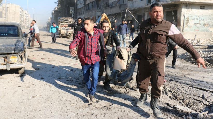 Syrien: Anwohner in Aleppo mit einem Verwundeten