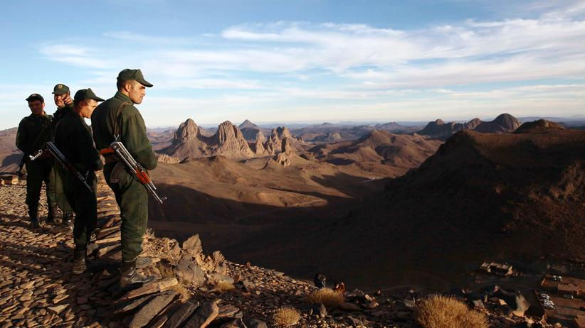 Algerien: Algerische Sicherheitskräfte blicken vom Berg Askrem über die Wüstenregion nahe Tamanrasset