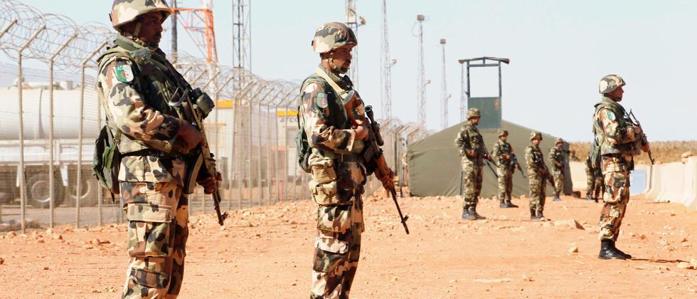Soldaten bewachen die Tiguentourine Gaspipeline in In Amenas, Algerien