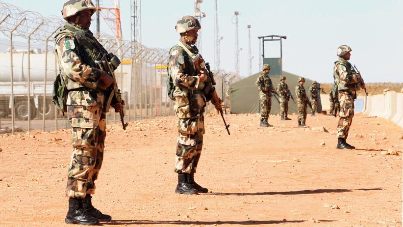 Algerien: Soldaten bewachen die Tiguentourine Gaspipeline in In Amenas, Algerien