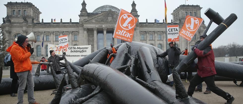 Aktivisten demonstrieren vor dem Reichstagsgebäude gegen das Handelsabkommen Ceta.