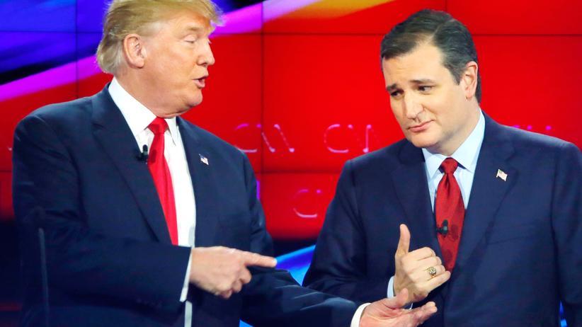 US-Wahl: Die republikanischen Präsidentschaftsbewerber Donald Trump (links) und Ted Cruz in einer Pause der TV-Debatte in Las Vegas