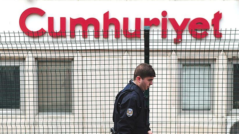 """Verfassungsgericht: Polizist vor dem Gebäude der türkischen Zeitung """"Cumhuriyet"""" in Istanbul"""