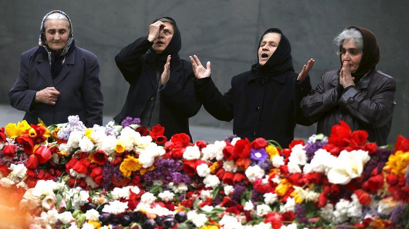 Völkermord an den Armeniern : In der Genozid-Gedenkstätte in der armenischen Hauptstadt Jerewan trauern Frauen um ihre Angehörigen, die dem Völkermord 1915 zum Opfer gefallen sind.