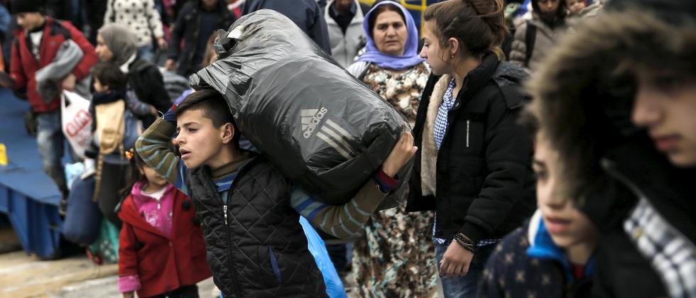 Der Druck auf Merkels Flüchtlingspolitik wächst im In- und Ausland.