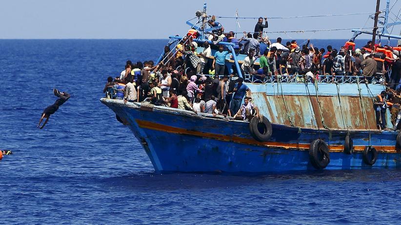 Libyen: Ein überfülltes Flüchtlingsschiff, 16 Kilometer vor der libyschen Küste (Aguast 2015)