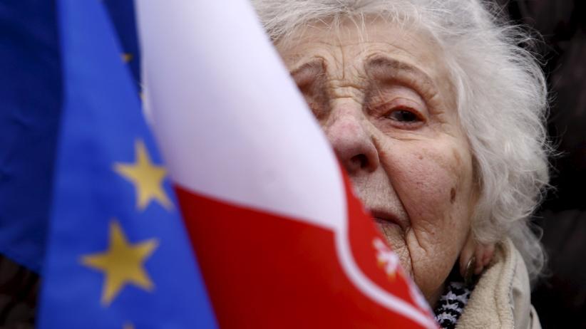 Polen: Hoffnung auf Brüssel. Eine Frau hält bei einer Antiregierungsdemonstration in Warschau eine polnische und eine EU-Fahne.