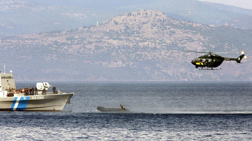 Flüchtlinge: Ein Frontex-Helikopter und ein Boot der griechischen Küstenwache stoppen ein Schlauchboot mit einem vermeintlichen Schmuggler vor der griechischen Insel Lesbos im September 2015.