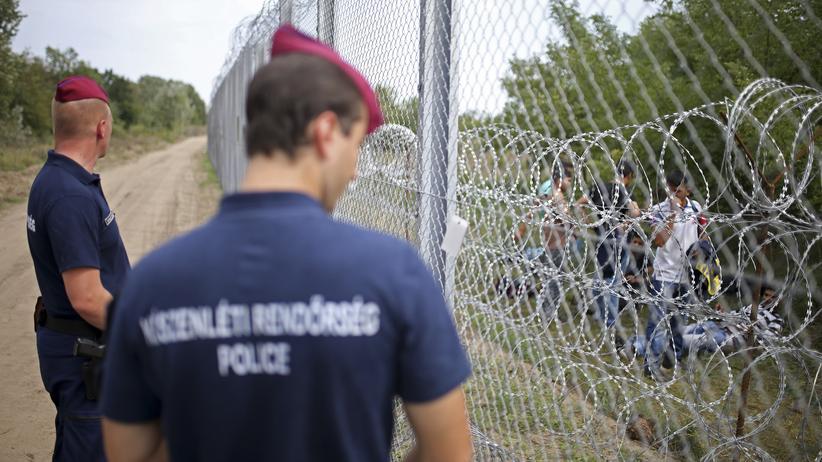 Flüchtlingskrise: Polizisten bewachen die ungarisch-serbische Grenze.