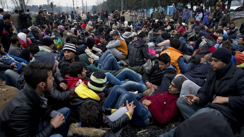 Flüchtlingskrise: Protestierende Flüchtlinge blockieren Bahnschienen in der Nähe der griechischen Stadt Idomeni.