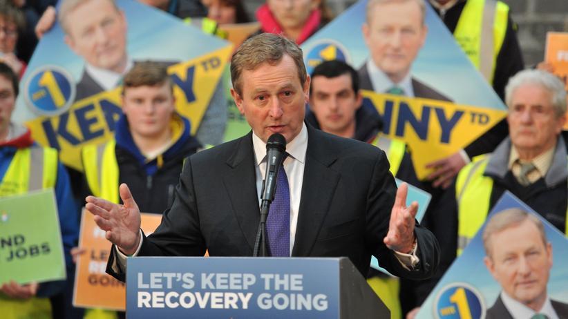 Parlamentswahl in Irland: Der irische Ministerpräsident Enda Kenny bei einer Wahlkampfveranstaltung seiner Mitte-rechts-Partei Fine Gael