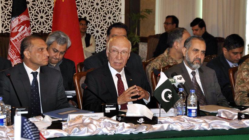 Taliban: Der pakistanische Unterhändler Sartaj Aziz (Mitte) bei den Verhandlungen über Afghanistan in Islamabad.