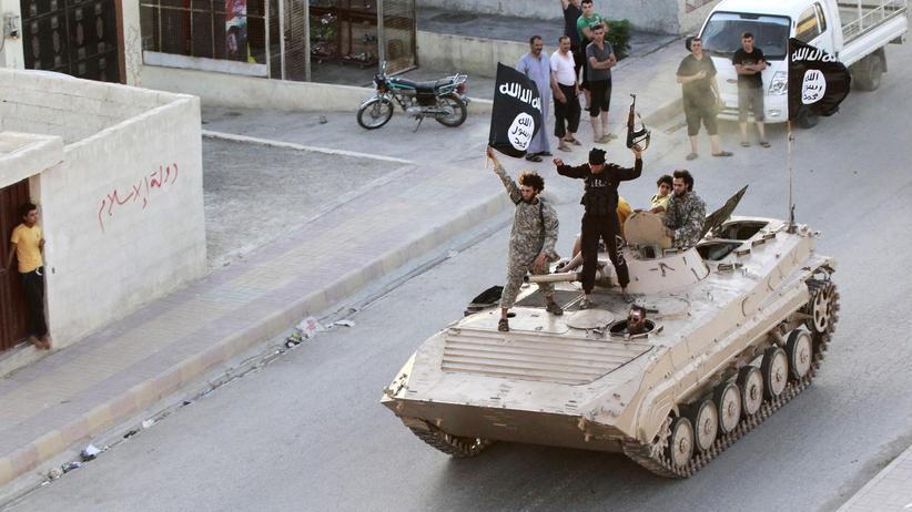 """""""Islamischer Staat"""": Archivaufnahme von einer IS-Militärparade in der syrischen Stadt Rakka"""