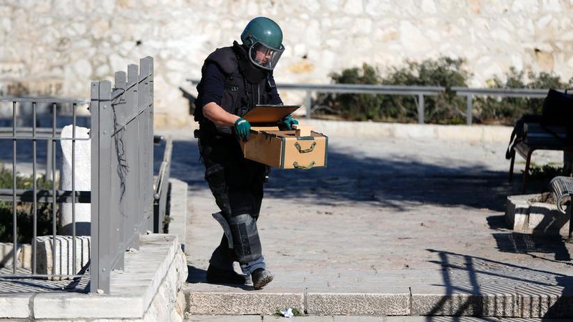 Jerusalem: Ein israelischer Sprengstoffexperte sichert explosives Material nach dem Anschlag.