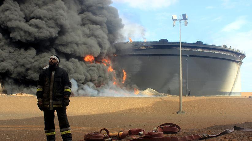 Libyen: Ein Öltank brennt im nordlibyschen Ras Lanuf nach einer IS-Attacke.