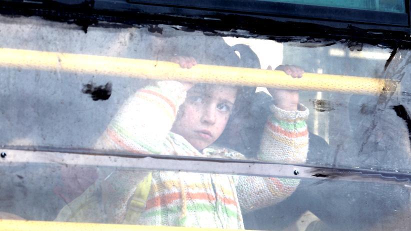 Russland: Ein syrisches Mädchen in einem Bus, der sie aus Aleppo weg von den Bomben und Kämpfen in der Stadt in die Türkei in Sicherheit bringen soll.