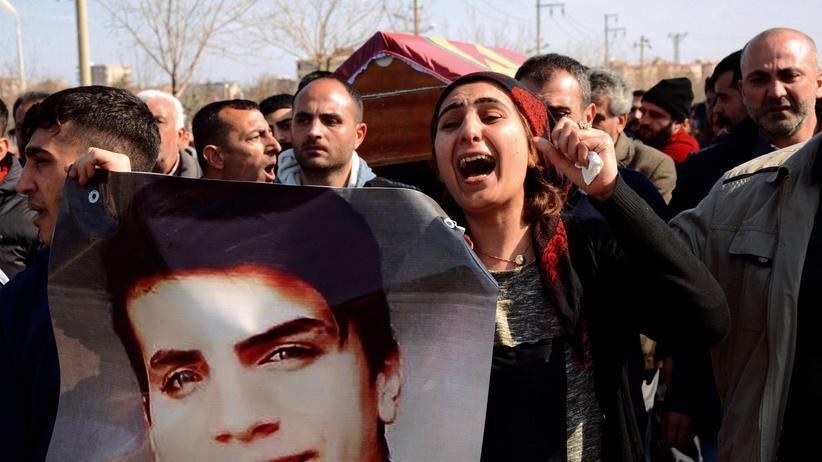 Diyarbakır: In Diyarbakır trauern Menschen um den 16-jährigen Mahmut Bulak, der bei Protesten ermordet wurde.