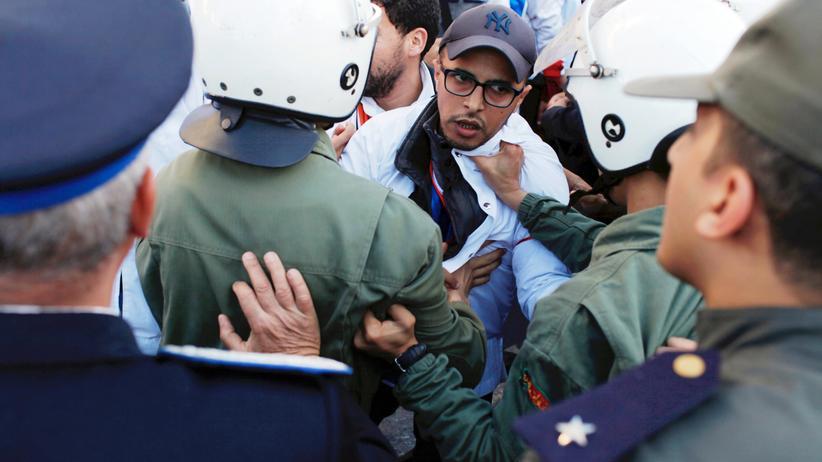 Arabischer Frühling: Ein Handgemenge zwischen Protestlern und Polizisten während einer Demonstration von Lehrern in Casablanca für bessere Arbeitsbedingungen