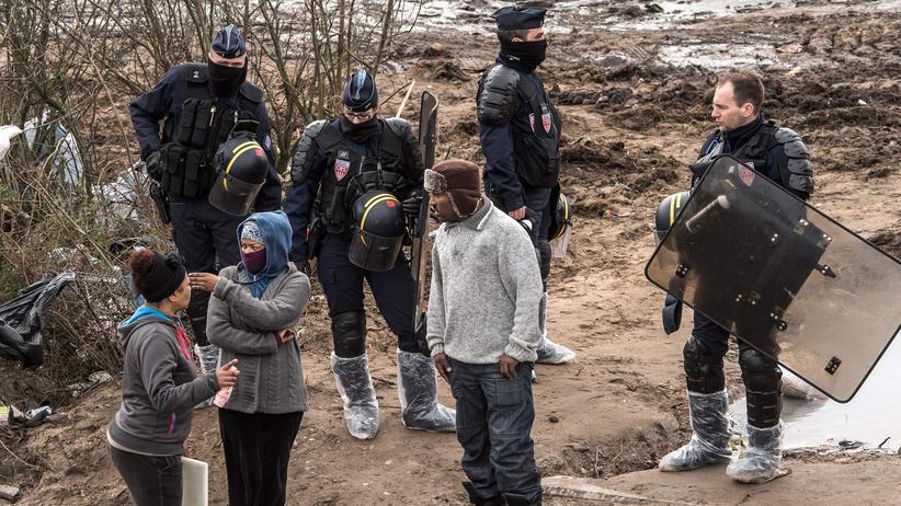 """Flüchtlingspolitik: Migranten und französische Sicherheitskräfte im """"Jungle"""" genannten Flüchtlingscamp bei Calais"""