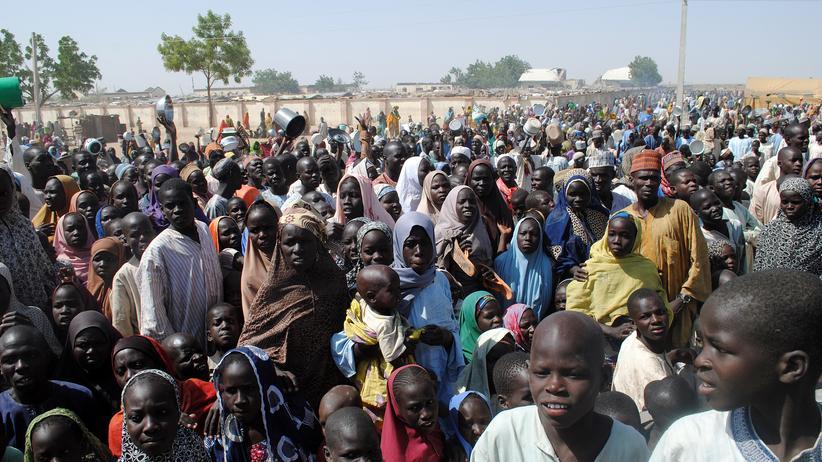 Nigeria: Flüchtlinge warten im Flüchtlingscamp in Dikwa auf die Essensausgabe.