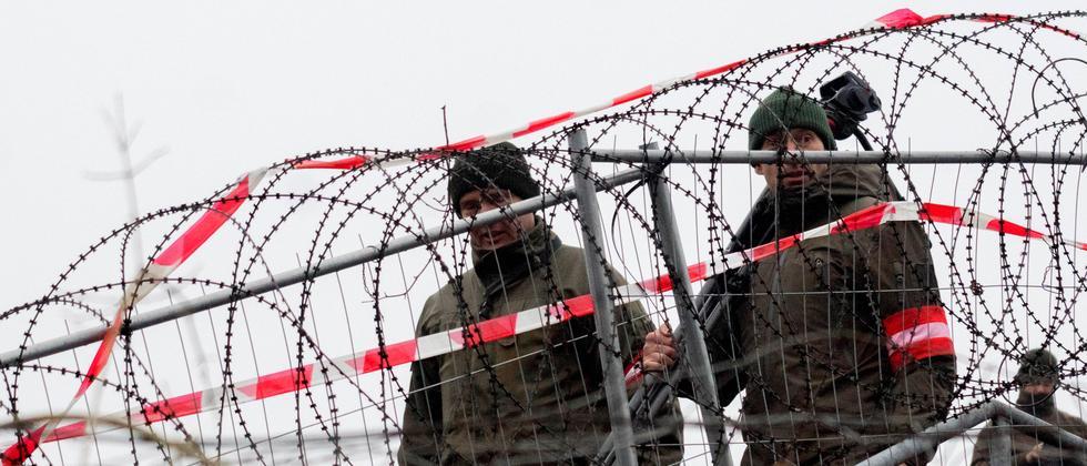 Ungarn Österreich Flüchtlinge Syrien Spielfeld