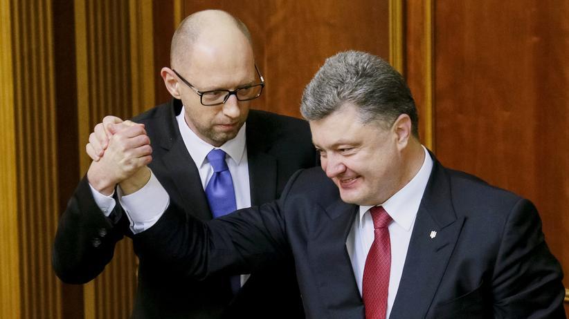 Ukraine: Ein Bild aus besseren Zeiten der beiden: Präsident Petro Poroschenko (rechts) gratuliert Ministerpräsident Arseni Jazenjuk zur Wahl.