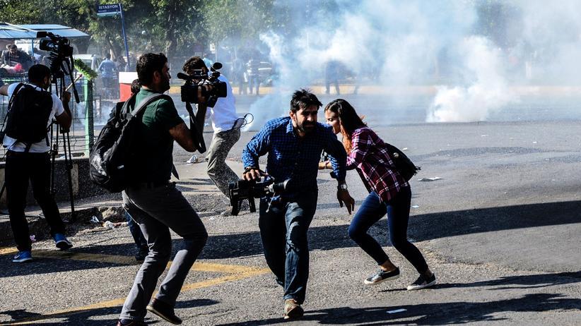 Pressefreiheit in der Türkei: Journalisten flüchten in Diyarbakır vor dem Tränengas der Polizei