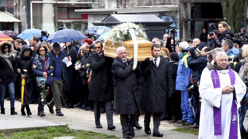Giulio Regeni: Der Trauerzug mit dem Sarg von Giulio Regeni am 12. Februar 2016 in der italienischen Stadt Fiumicello