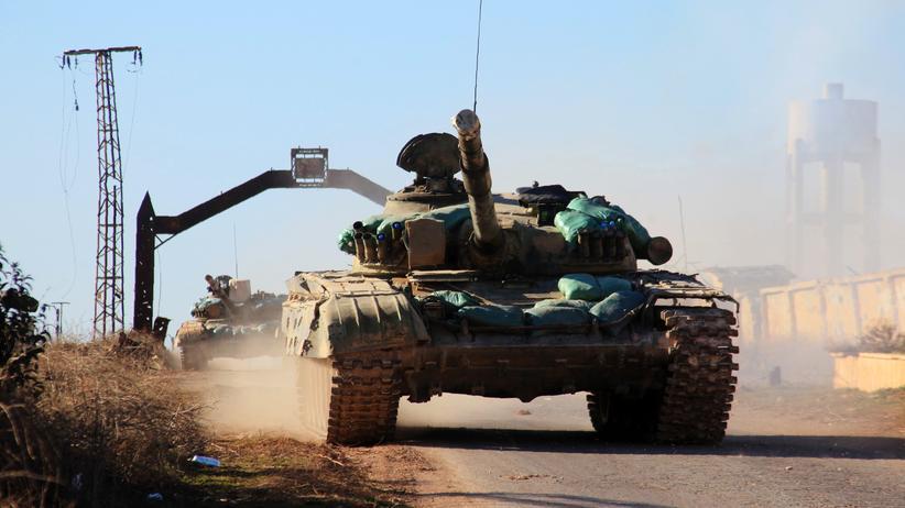 Assad-Offensive: Ein Panzer der syrischen Regierungstruppen in der Nähe der umkämpften Metropole Aleppo
