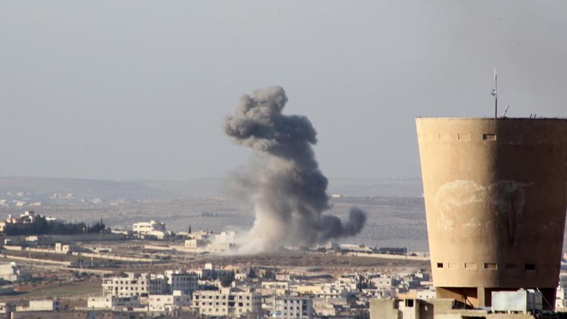 Syrien: Nach einem Luftangriff nahe Aleppo steigt Rauch auf.