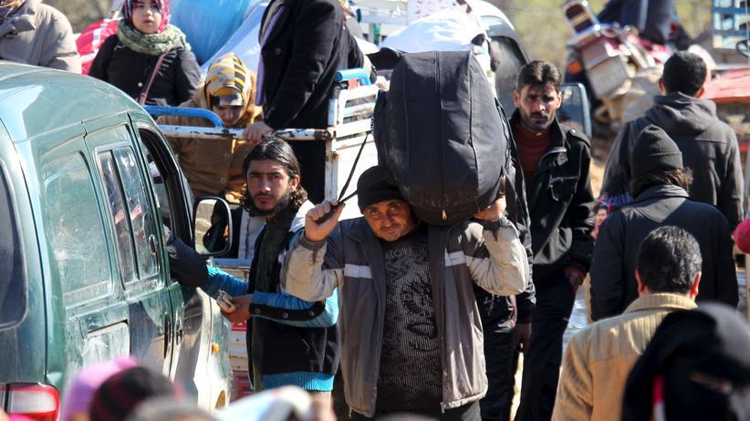 Syrien: Zehntausende Syrer fliehen vor den heranrückenden Regierungstruppen und russischen Luftschlägen zur türkischen Grenze.