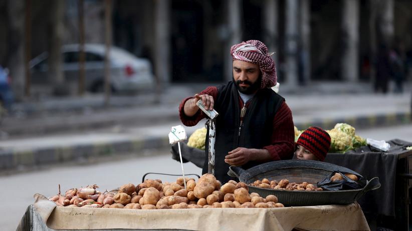 Syrien: Ein Mann verkauft in Kartoffeln in einem Vorort von Damaskus.