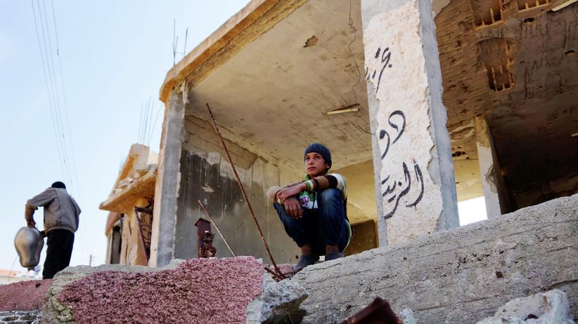 Syrien-Konflikt: Ein syrischer Junge in der Ruine des Hauses seiner Familie in der Provinz Deraa