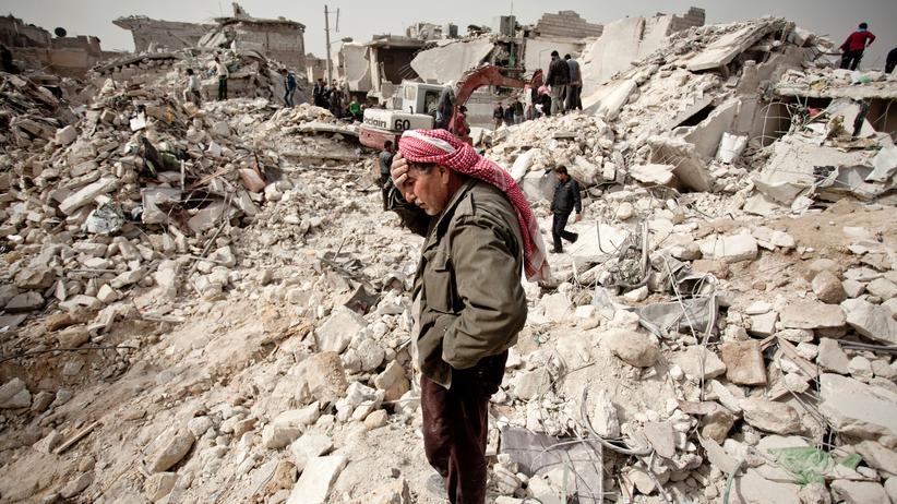 Syrien: Wo einmal sein Haus stand, findet dieser Syrer nur noch Trümmer vor.