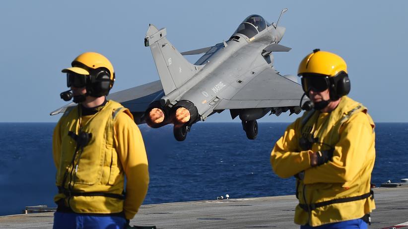"""Frankreich: Ein französischer Kampfjet startet zu einem Luftangriff auf Stellungen des """"Islamischen Staates"""" in Syrien."""