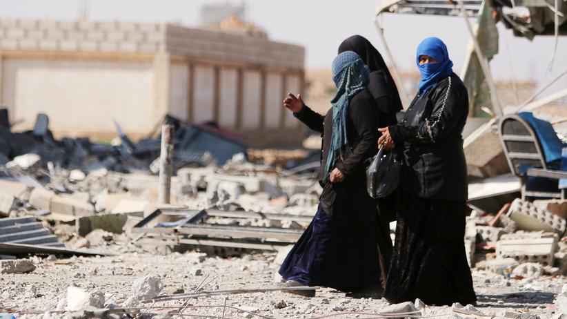 Syrien: Syrische Frauen zwischen Trümmern in asch-Schaddadi