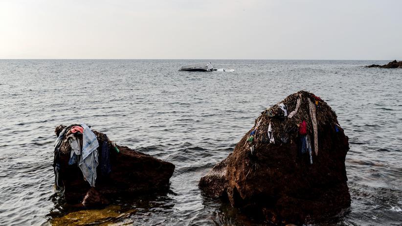 Kriminalität: Kleidungsreste von Migranten hängen an Felsen in der Ägäis.