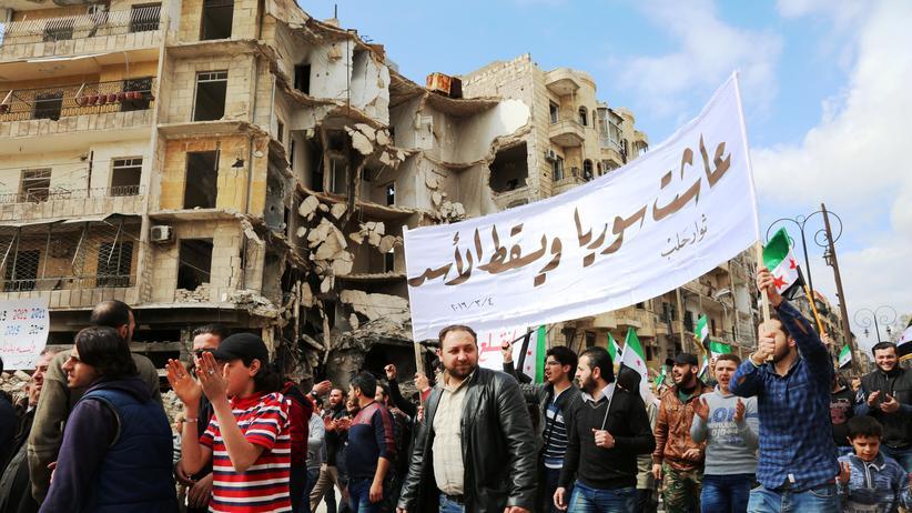 """Syrien: """"Die Revolution geht weiter"""": Anti-Regime-Proteste Anfang März im von Rebellen kontrollierten Teil der syrischen Stadt Aleppo"""