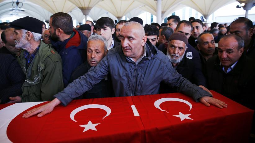 """Ankara: Nach dem Anschlag in Ankara. Ministerpräsident Davutoğlu spricht von """"beinahe sicheren"""" Hinweisen auf die PKK."""