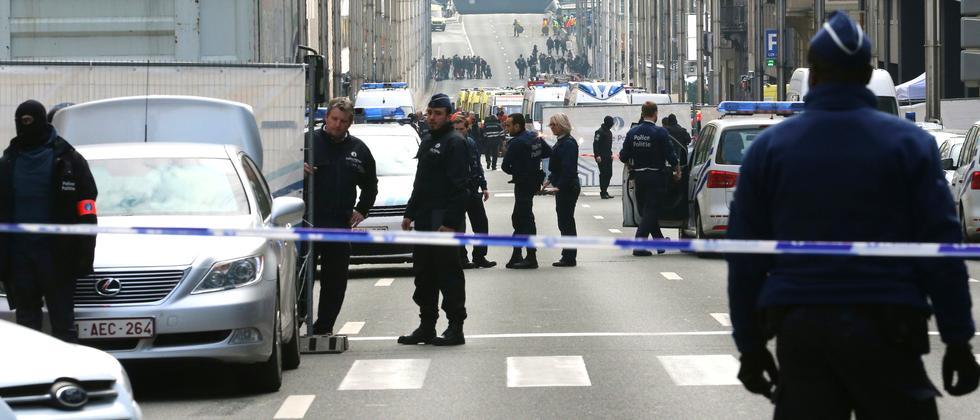 Polizisten stehen in der Rue de la Loi in der Nähe der U-Bahnstation Maelbeek.