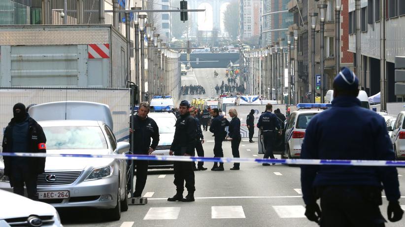 Anschläge in Brüssel: Polizisten stehen in der Rue de la Loi in der Nähe der U-Bahnstation Maelbeek.