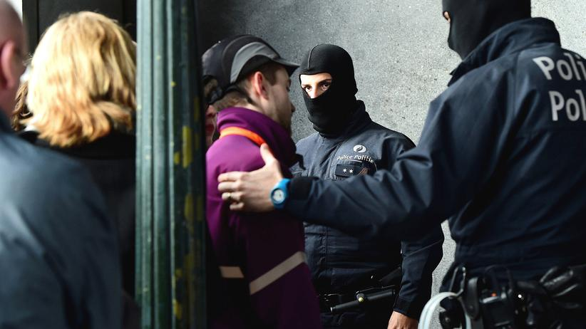 Brüssel: Nach dem Anschlag: Polizisten kontrollieren Passanten am Brüsseler Hauptbahnhof.