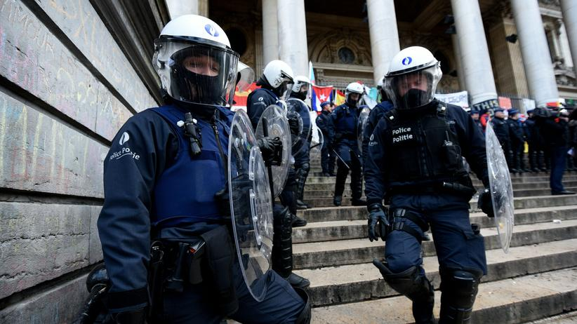 Brüssel-Anschläge: Belgische Polizisten vor der Börse im Stadtzentrum von Brüssel